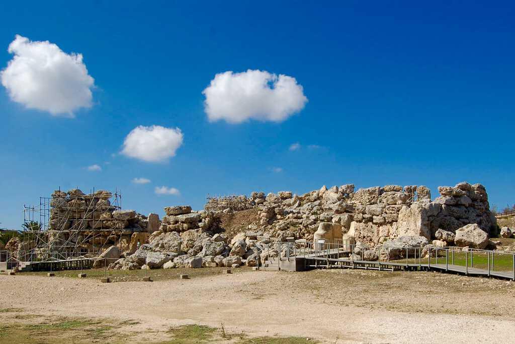 Entrance to the main temple of Ġgantija
